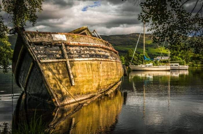 Old-abandoned-boat-on-the-rippling-loch-ness-lake-in-Scotland