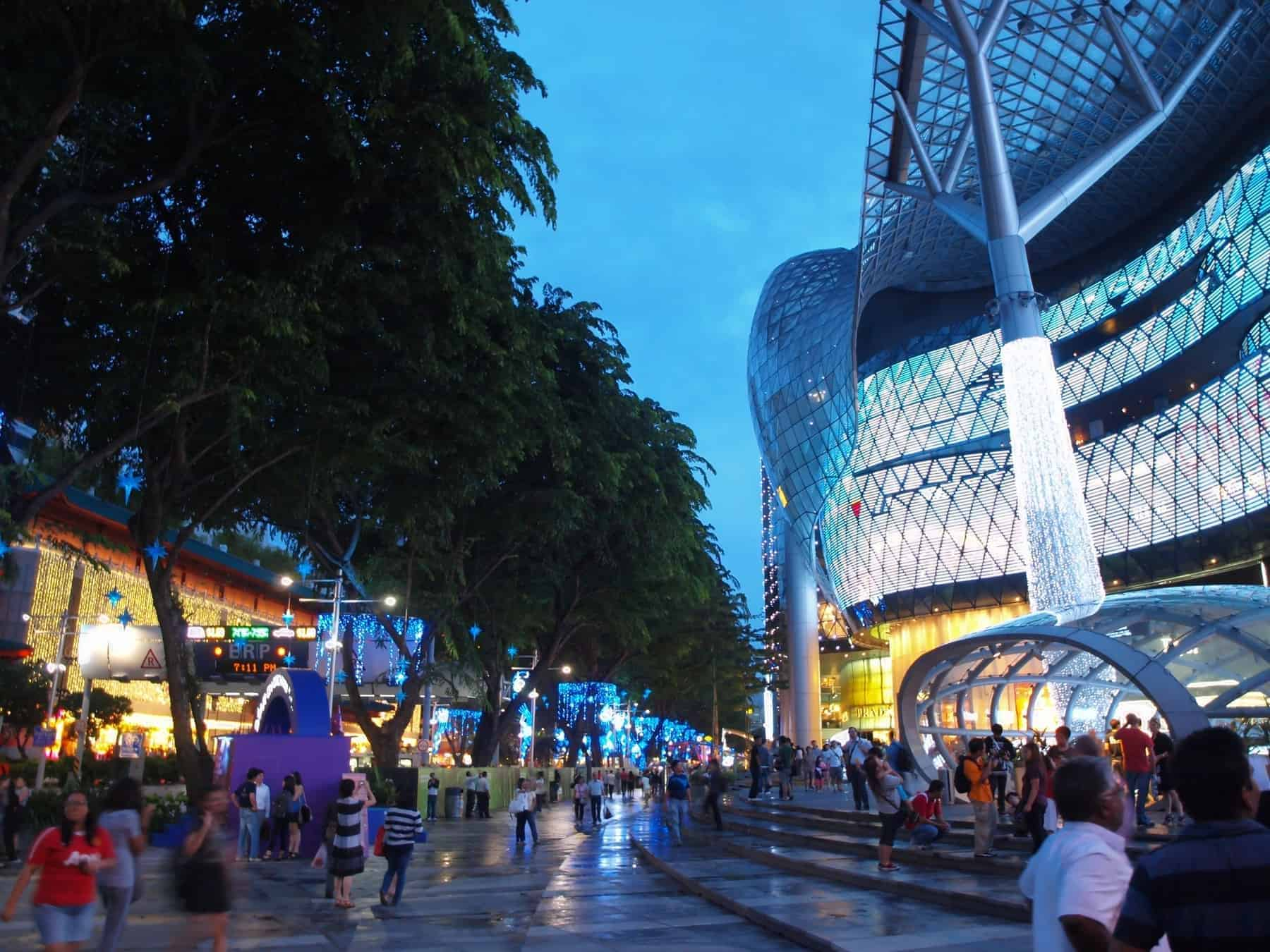 Orchard Road in Singapore is well known as a shopping paradise. Here is the iconic ION Orchard, a shopping mall, a popular place where locals and tourists alike gather together to watch the Christmas light up.