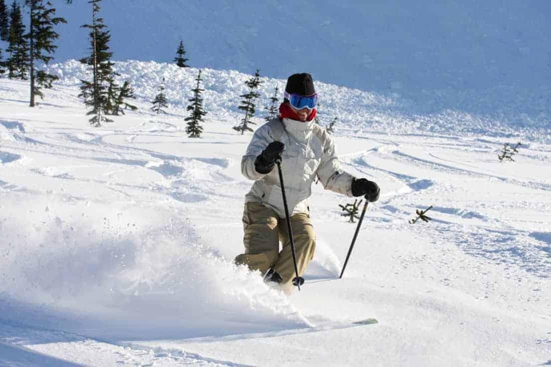 Canada. En skiløber falder en sti på Whistler Mountain.