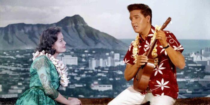 Elvis charmer sig igennem Hawii i 1961. Blue Hawaii blev optaget på en måned.