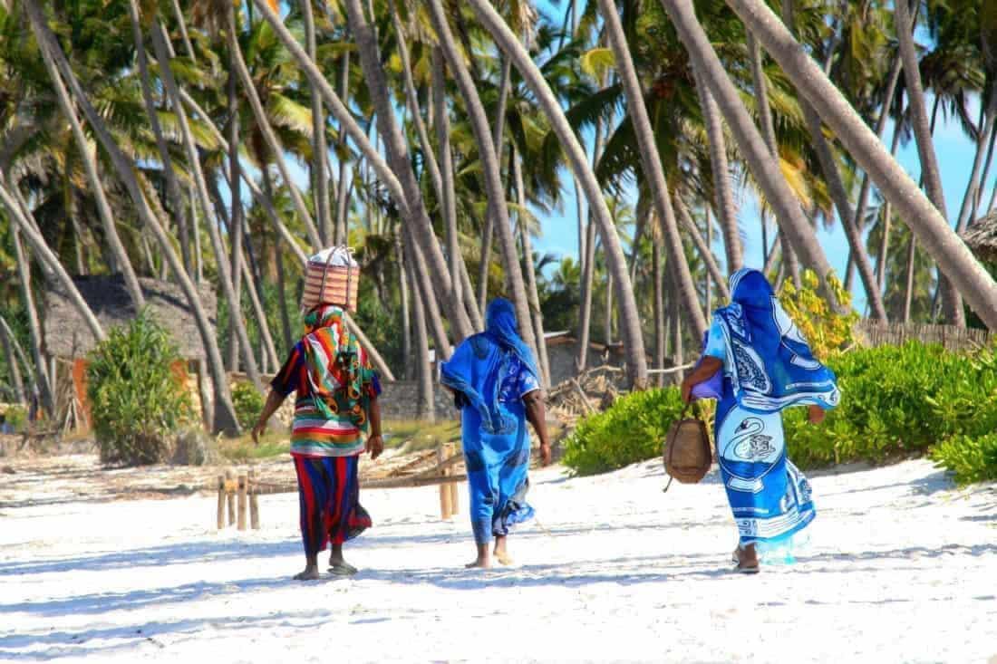 Kort og godt om Zanzibar: kvinder på smuk strand