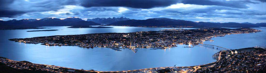 Tromsø storladen og aftenstemning, der viser naturen omkring byen fint