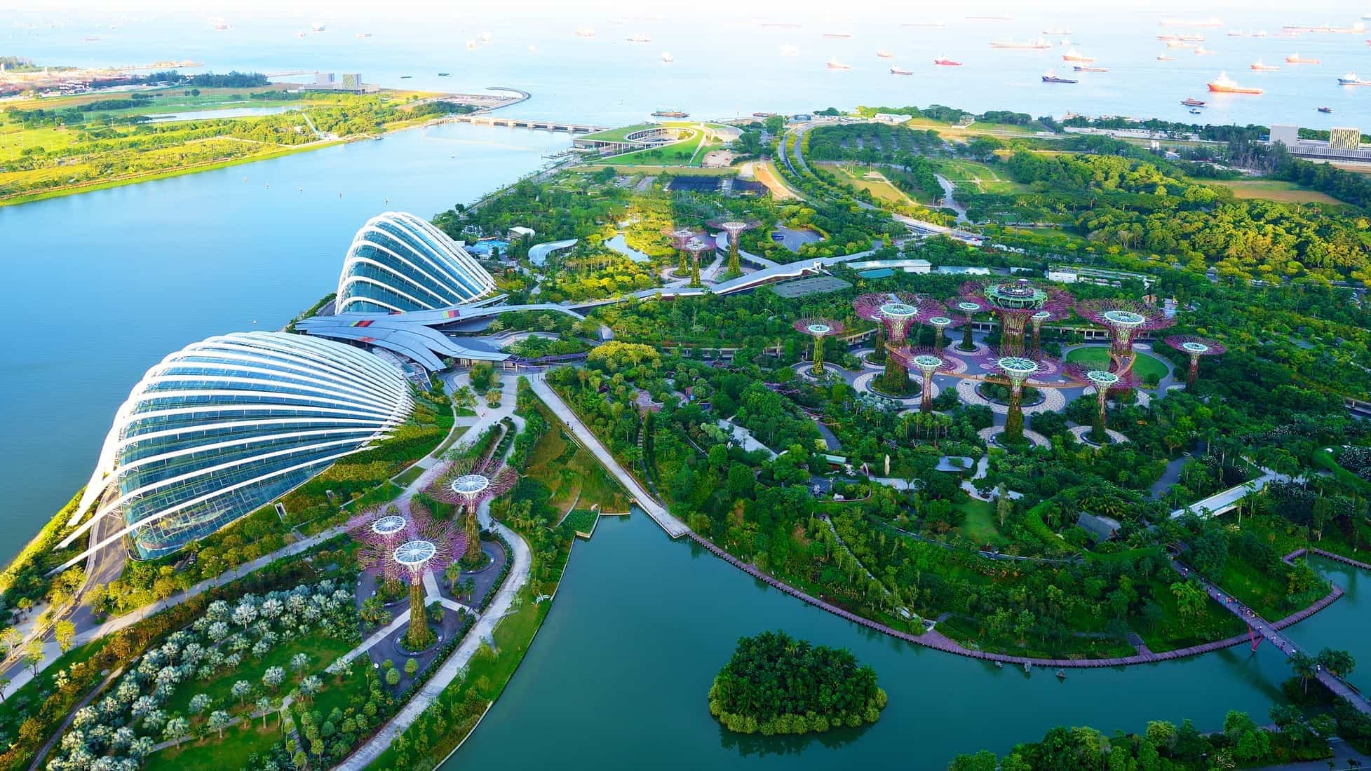 Singapore green city overview. Aerial view of GardSingapore, overflyning af en meget grøn by. Garden by the Bay, Singaporeen by the Bay, Singapore