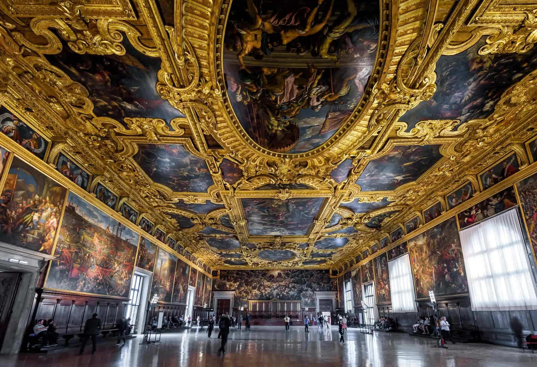 Italienske slotte: Doge`s Palæet set indefra: (Palazzo Ducale), the Higher Council Hall. Doge`s Palace was built in 15th cent on St Mark`s Square and is one of the main tourist attractions of Venice.