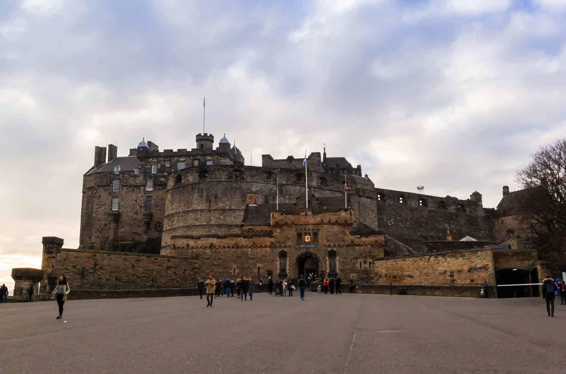 EDINBURGH, UK Tourists visiting Edinburgh Castle