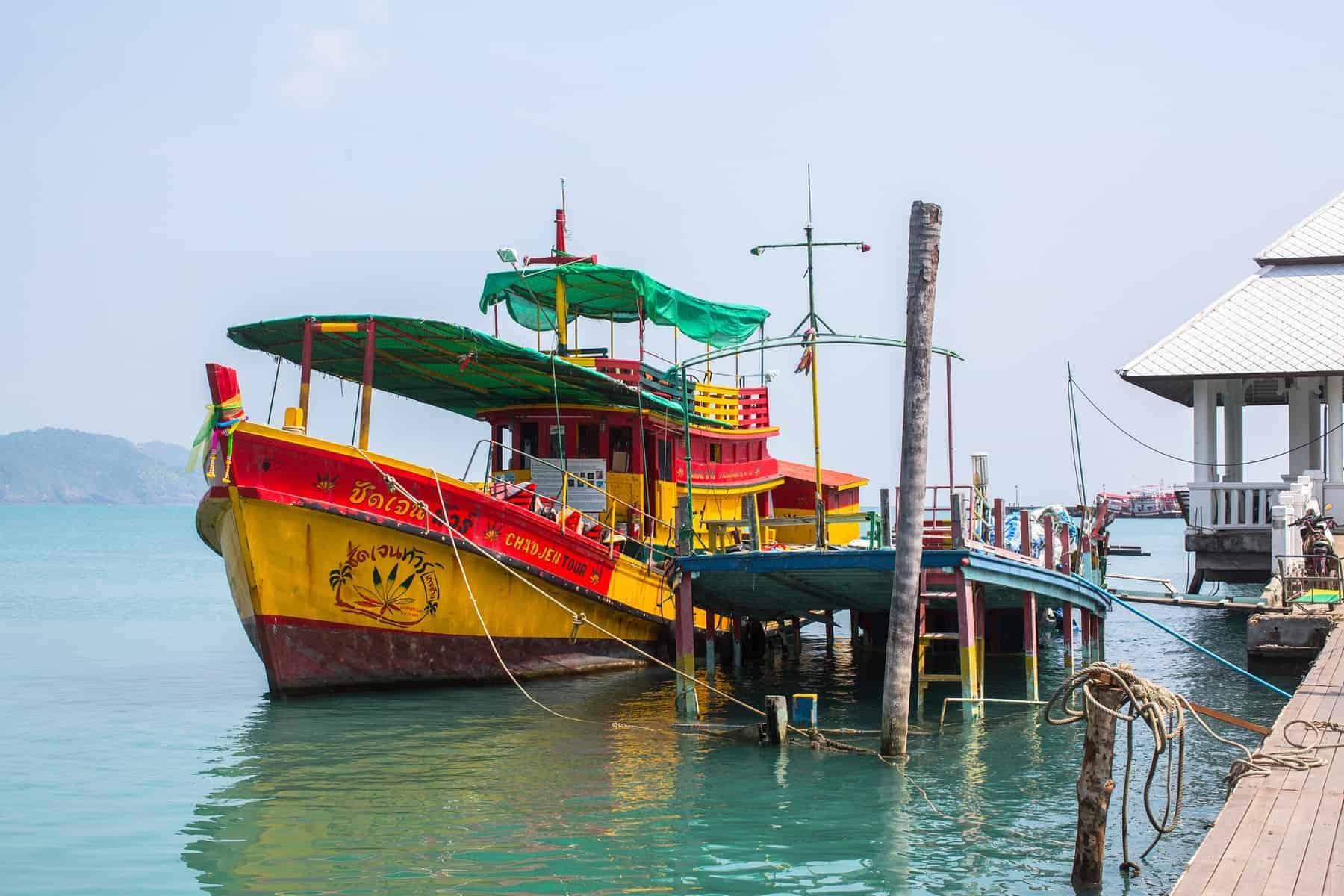 Se på molen nær Bang Bao fiskerleje, som består af huse på pæle bygget ud i havet. Ko Chang, der består af 8 landsby